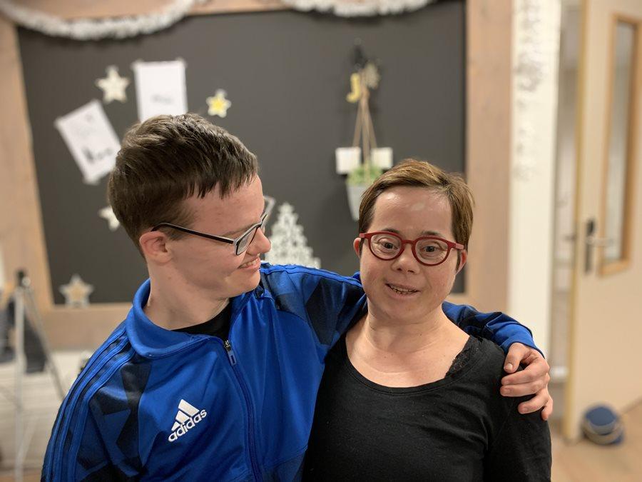 Jongen en meisje met maatbril op