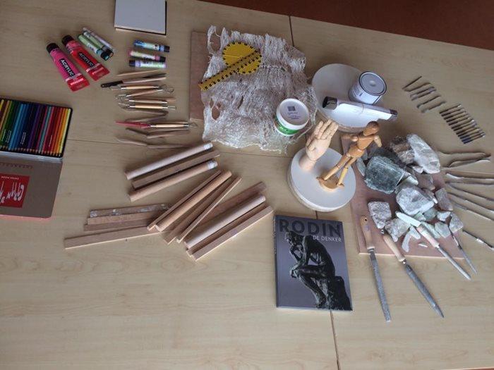 Foto van materialen die kunstenaar gebruikt