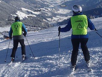 Twee skiërs op de piste